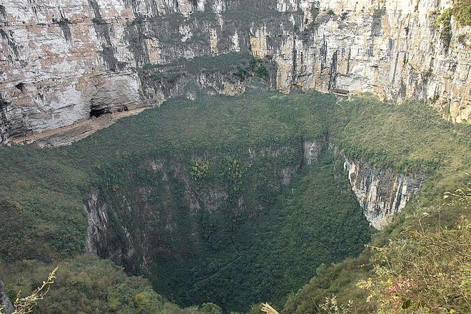 Xuất hiện hố tử thần sâu 118 mét tại vùng rừng núi Trung Quốc, để lộ hệ thống hang động khổng lồ rộng 6,8 triệu mét khối - Ảnh 5.