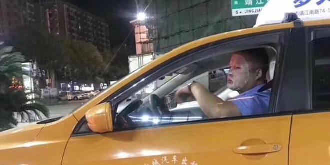 Bị treo niêu vì vừa lái xe vừa đắp mặt nạ, tài xế phân trần: Làm đêm da dẻ xấu lắm - Ảnh 2.