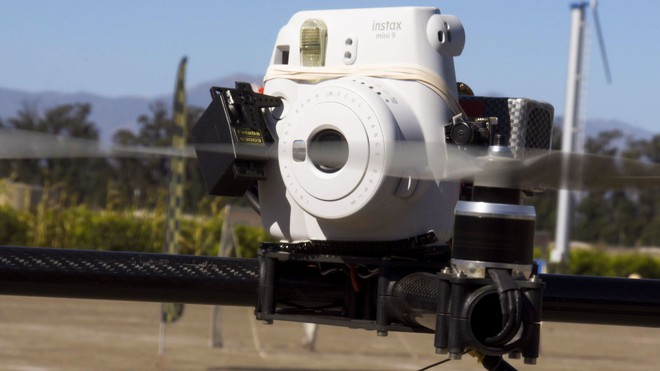 Góc sáng tạo: Kết hợp máy ảnh mì ăn liền Fujifilm Instax cùng Drone, ảnh ra chất không tưởng - Ảnh 3.