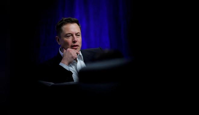 """CEO Elon Musk đã xóa bỏ chức danh của mình tại Tesla, nói rằng """"để xem chuyện gì sẽ xảy ra"""" - Ảnh 1."""