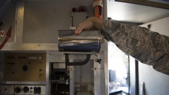 Không quân Mỹ vẫn không thể giải thích vì sao họ chi tới 7 tỷ cho cốc uống cà phê của phi công - Ảnh 1.