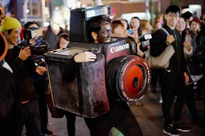 Đêm Halloween bạn sẽ hóa trang thế nào? Anh chàng này biến thành chiếc máy ảnh Canon to tổ chảng để đi chụp mọi người đây này - Ảnh 1.