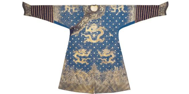 Long bào của Hoàng đế Càn Long sắp được bán đấu giá ở London, dự kiến đem về 4,4 tỷ đồng - Ảnh 1.
