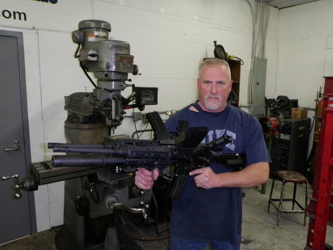Khám phá khẩu súng độc nhất vô nhị AR-15, làm từ ba khẩu súng ghép lại thành một - Ảnh 1.