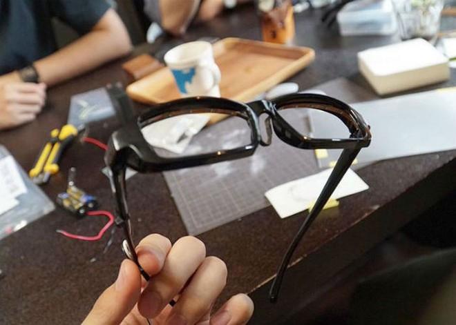Chàng trai Nhật Bản tự chế kính mắt phát sáng, đeo vào trông chẳng khác gì nhân vật bước ra từ hoạt hình - Ảnh 5.