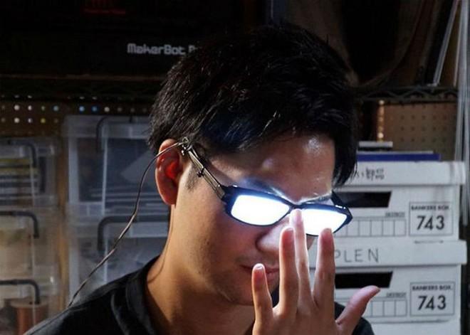 Chàng trai Nhật Bản tự chế kính mắt phát sáng, đeo vào trông chẳng khác gì nhân vật bước ra từ hoạt hình - Ảnh 9.