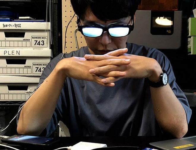 Chàng trai Nhật Bản tự chế kính mắt phát sáng, đeo vào trông chẳng khác gì nhân vật bước ra từ hoạt hình - Ảnh 1.