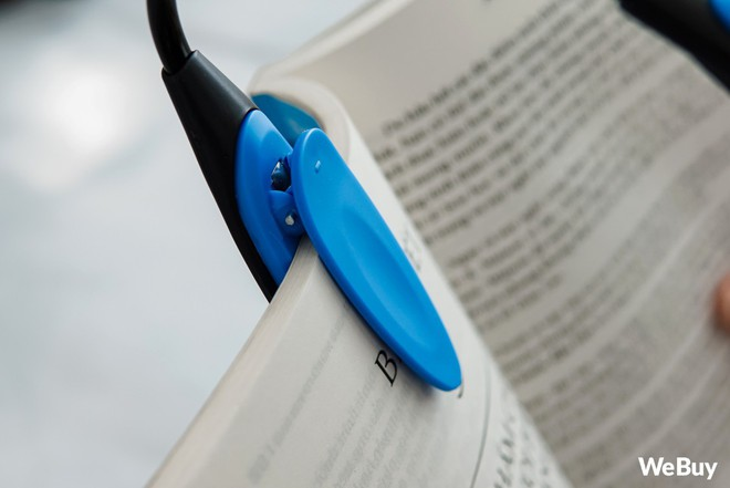 Trải nghiệm đèn kẹp mini dùng để đọc sách trong đêm: mẫu mã đẹp đấy nhưng... - Ảnh 2.