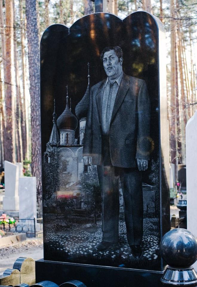 Nghĩa trang mafia độc nhất vô nhị ở Nga: Bia đá to như người thật, khắc họa quyền lực và cuộc sống xa hoa của thế giới ngầm - Ảnh 2.