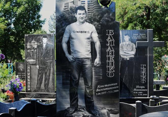 Nghĩa trang mafia độc nhất vô nhị ở Nga: Bia đá to như người thật, khắc họa quyền lực và cuộc sống xa hoa của thế giới ngầm - Ảnh 6.