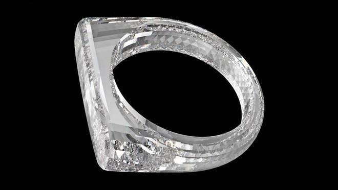 Phải nhìn thấy bạn mới tin đây là chiếc nhẫn được làm từ một khối kim cương, đích thân cha đẻ iPhone thiết kế, sẽ được bán với giá khoảng 5,8 tỷ đồng - Ảnh 2.
