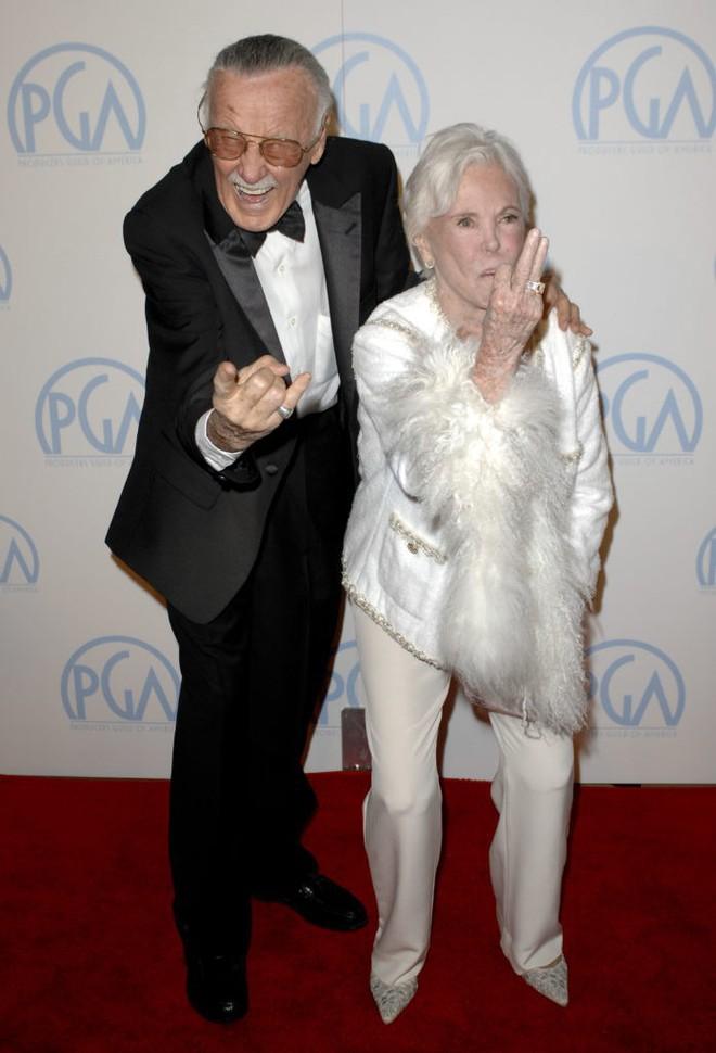 Mối tình kỳ diệu nhất Hollywood của Stan Lee: Yêu từ khi chưa gặp mặt, mất 2 tuần để đập chậu cướp hoa rồi bên nhau 70 năm không rời - Ảnh 1.