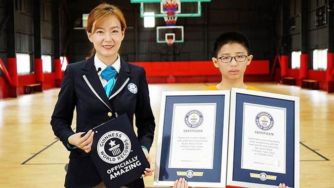 Trung Quốc: Teen 13 tuổi lập kỷ lục thế giới Guinness khi giải rubik bằng cả tay và chân cùng lúc nhanh nhất - Ảnh 1.
