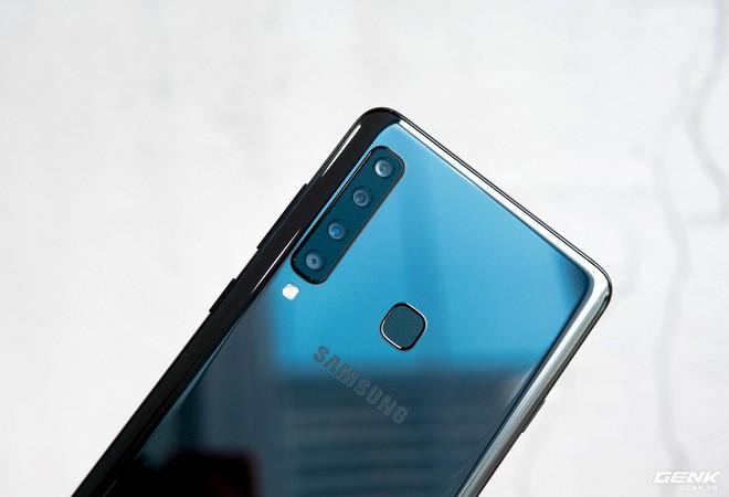 Thách thức smartphone Trung Quốc, Samsung ra mắt Galaxy A9 với 4 camera giá 12.49 triệu, tặng tai nghe Gear IconX (2018) giá 5 triệu - Ảnh 1.
