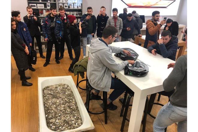 Thanh niên Nga khuân cả bồn tắm đựng đầy tiền xu đi mua iPhone XS - Ảnh 1.
