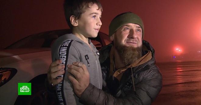 [Vietsub] Chống đẩy 4105 lần liên tiếp nhưng bị sách Guiness từ chối, cậu bé Nga 5 tuổi được tổng thống trao quà an ủi là một chiếc Mercedes C-class. - Ảnh 5.