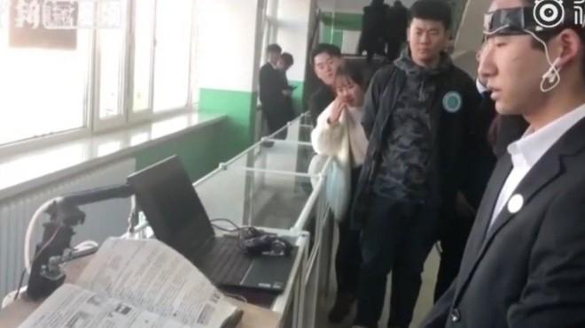 Sinh viên Trung Quốc phát minh ra thiết bị lật trang sách bằng cái nháy mắt - Ảnh 1.