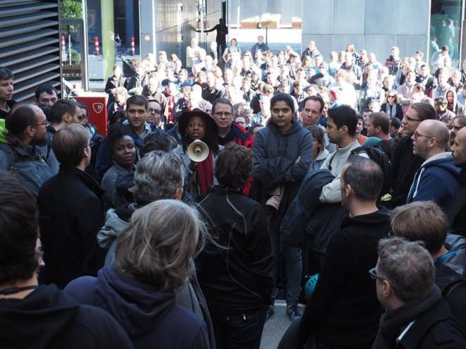 Nhân viên Google trên toàn thế giới bỏ việc, xuống đường biểu tình nhằm phản đối hành vi sai trái của công ty - Ảnh 7.