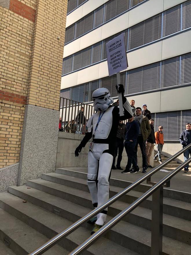 Nhân viên Google trên toàn thế giới bỏ việc, xuống đường biểu tình nhằm phản đối hành vi sai trái của công ty - Ảnh 9.