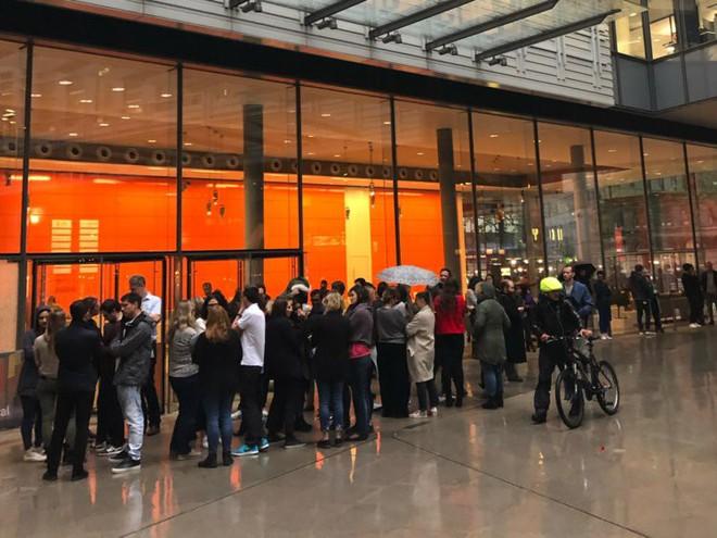 Nhân viên Google trên toàn thế giới bỏ việc, xuống đường biểu tình nhằm phản đối hành vi sai trái của công ty - Ảnh 17.