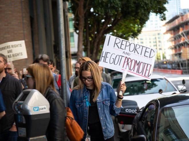 Nhân viên Google trên toàn thế giới bỏ việc, xuống đường biểu tình nhằm phản đối hành vi sai trái của công ty - Ảnh 46.