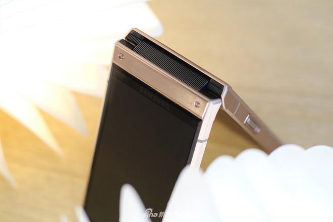 Cận cảnh W2019, smartphone nắp gập giá bằng hai chiếc iPhone XS Max của Samsung - Ảnh 3.