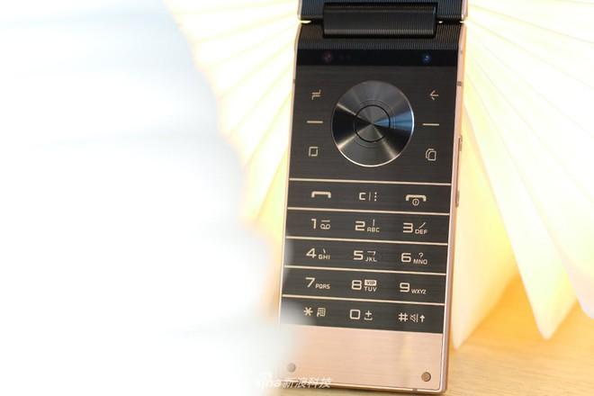 Cận cảnh W2019, smartphone nắp gập giá bằng hai chiếc iPhone XS Max của Samsung - Ảnh 4.