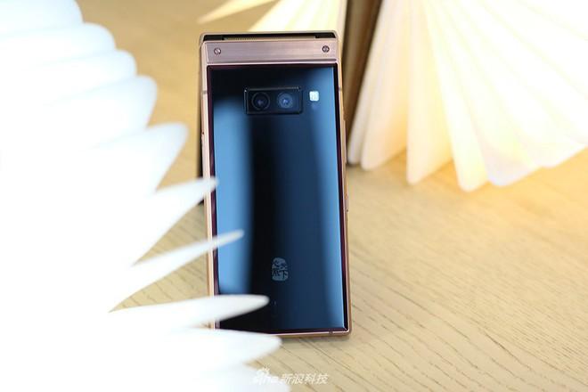 Cận cảnh W2019, smartphone nắp gập giá bằng hai chiếc iPhone XS Max của Samsung - Ảnh 7.