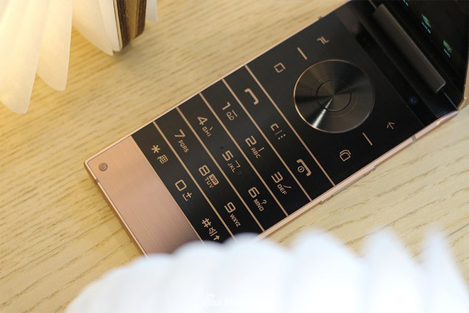 Cận cảnh W2019, smartphone nắp gập giá bằng hai chiếc iPhone XS Max của Samsung - Ảnh 8.