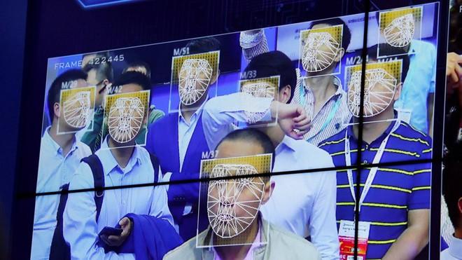 Hệ thống theo dõi người dân của Trung Quốc nhận diện nhầm khuôn mặt quảng cáo in trên xe buýt là người vi phạm giao thông - Ảnh 1.
