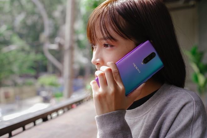 Tổng hợp những smartphone mang phong cách màu gradient ấn tượng nhất cho những ai mê cái đẹp - Ảnh 2.
