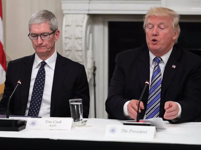 Chỉ một câu nói đe dọa của Tổng thống Donald Trump đã khiến Apple lao đao, cổ phiếu tụt dốc - Ảnh 1.