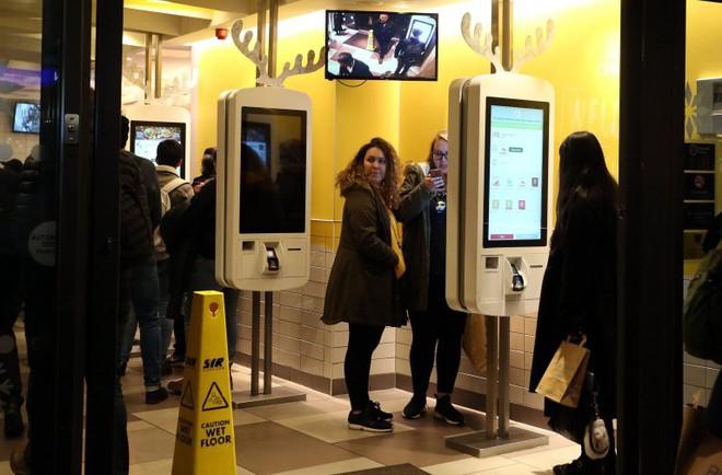 Anh: Tìm thấy dấu vết phân người trên các màn hình cảm ứng của McDonalds - Ảnh 2.