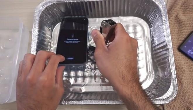 Luộc iPhone XR và Galaxy S9 trong nước nóng 100 độ C: Ai chịu nóng giỏi hơn? - Ảnh 2.