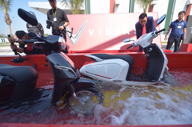Ác mộng xe máy mùa ngập nước? Dĩ vãng rồi, cứ nhìn xe máy điện Vinfast lội nước dễ như bỡn đây này - Ảnh 3.