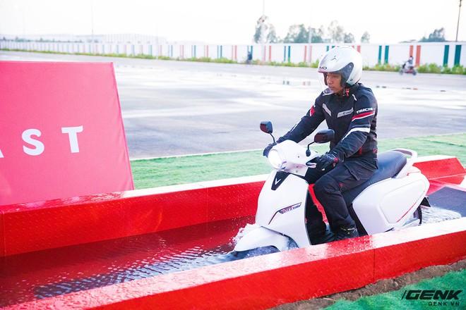 Ác mộng xe máy mùa ngập nước? Dĩ vãng rồi, cứ nhìn xe máy điện Vinfast lội nước dễ như bỡn đây này - Ảnh 5.