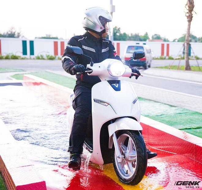 Vinfast chính thức ra mắt xe máy điện thông minh: Có kết nối Internet 3G, mở khóa từ xa, chống ngập nước, 1 lần sạc đi được 80km - Ảnh 3.