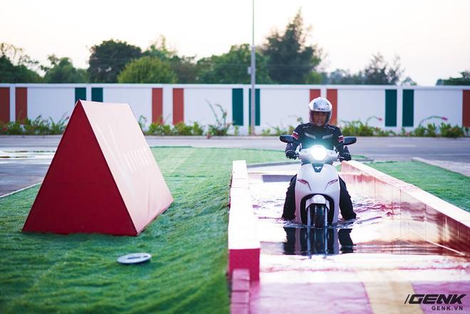 Ác mộng xe máy mùa ngập nước? Dĩ vãng rồi, cứ nhìn xe máy điện Vinfast lội nước dễ như bỡn đây này - Ảnh 4.