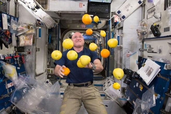 Cận cảnh cuộc sống lơ lửng bên trong trạm vũ trụ quốc tế ISS - Ảnh 1.