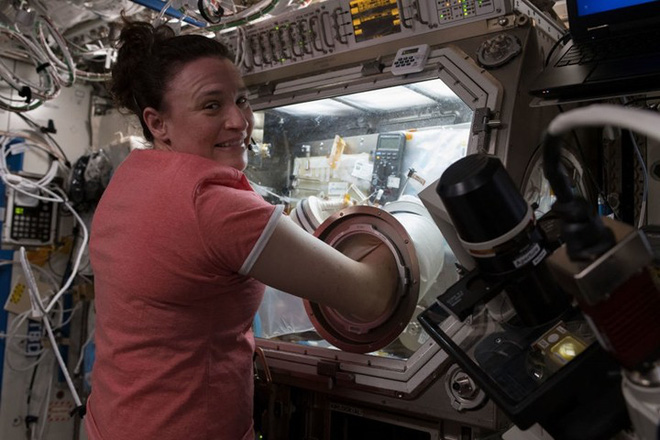 Cận cảnh cuộc sống lơ lửng bên trong trạm vũ trụ quốc tế ISS - Ảnh 11.