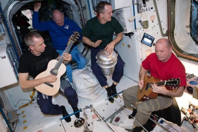 Cận cảnh cuộc sống lơ lửng bên trong trạm vũ trụ quốc tế ISS - Ảnh 13.