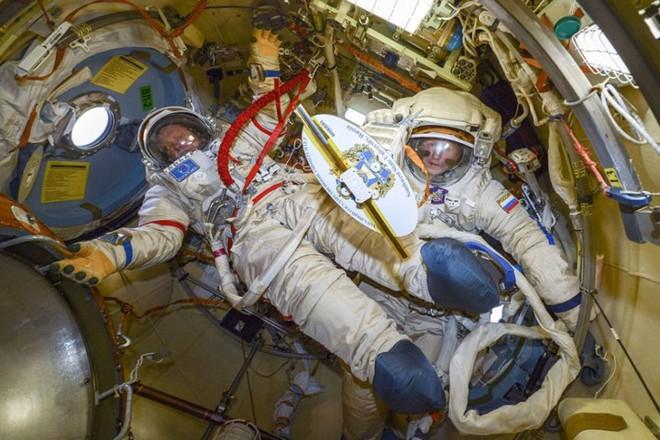 Cận cảnh cuộc sống lơ lửng bên trong trạm vũ trụ quốc tế ISS - Ảnh 14.