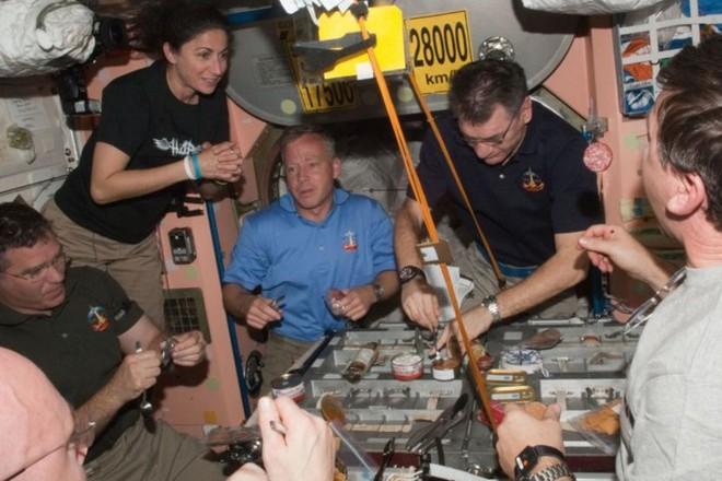 Cận cảnh cuộc sống lơ lửng bên trong trạm vũ trụ quốc tế ISS - Ảnh 17.