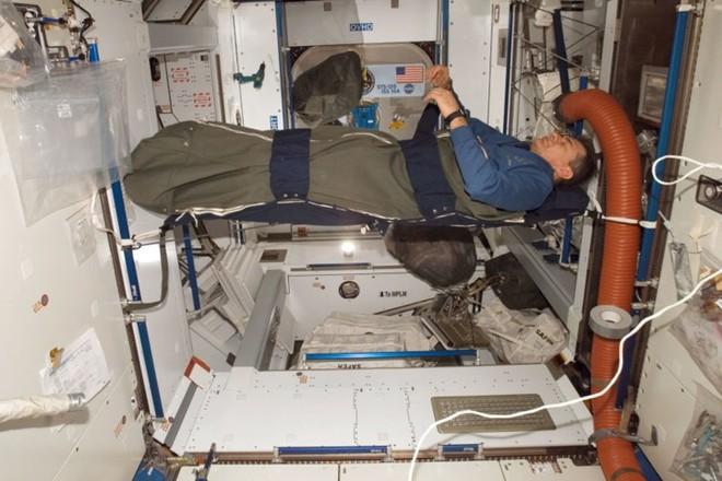 Cận cảnh cuộc sống lơ lửng bên trong trạm vũ trụ quốc tế ISS - Ảnh 18.