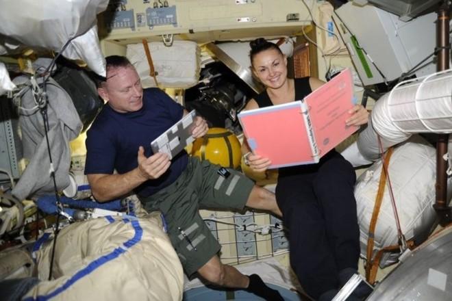 Cận cảnh cuộc sống lơ lửng bên trong trạm vũ trụ quốc tế ISS - Ảnh 5.