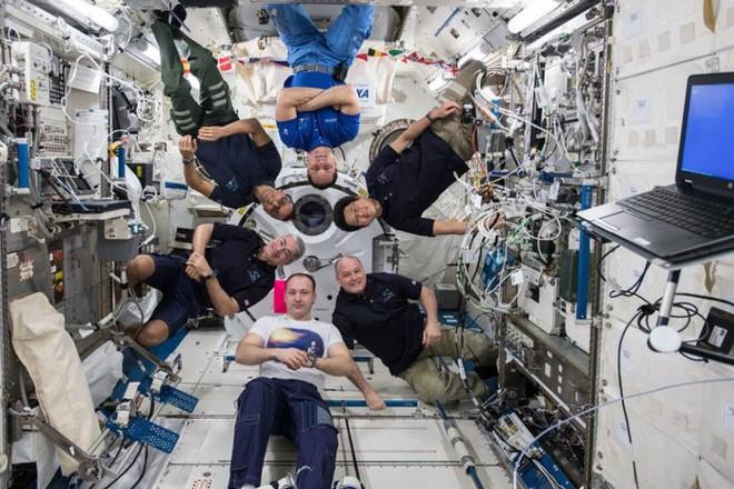 Cận cảnh cuộc sống lơ lửng bên trong trạm vũ trụ quốc tế ISS - Ảnh 7.