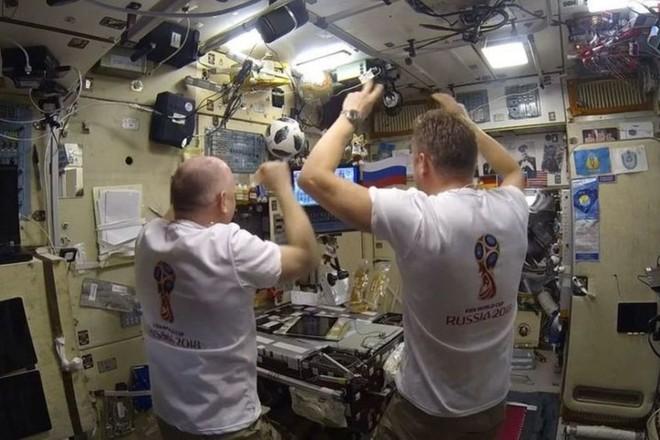 Cận cảnh cuộc sống lơ lửng bên trong trạm vũ trụ quốc tế ISS - Ảnh 10.