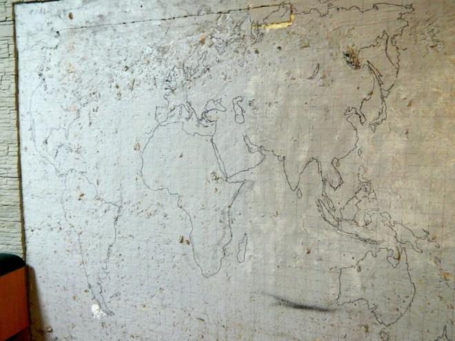 Anh chàng này đã tự làm bản đồ thế giới 3D trên tường chất như nước cất như thế nào? - Ảnh 1.