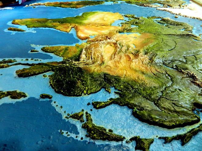 Anh chàng này đã tự làm bản đồ thế giới 3D trên tường chất như nước cất như thế nào? - Ảnh 13.
