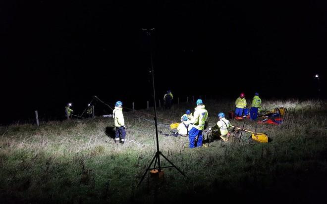 Scotland: Người đàn ông đi câu cá mắc kẹt trên vách đá hàng giờ vì bị 50 con hải cẩu truy đuổi - Ảnh 2.